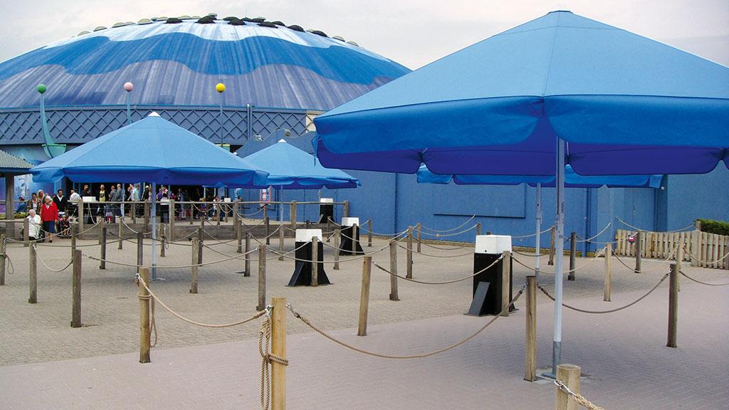 Event Sonnenschirm mit blauer Membran und Volant von Bahama